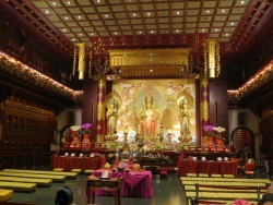 Im Inneren des Buddha Tooth Relic Temple.